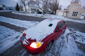 Дорога зимой весьма коварна. Снег едва запорошил ее. При потеплении светлые участки обледенелой дороги надежнее. Подморозило — более надежными будут участки, лишенные снега. Особенно опасно на мостах, перекрестках, крутых подъемах, т. е. в местах, где образуется наледь. У перекрестков и пешеходных переходов обязательно вспомните, что недисциплинированный пешеход представляет собой основную опасность.