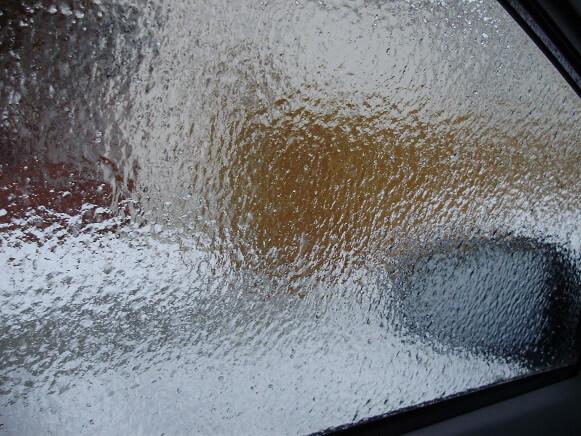 Как быстро очистить стекла от льда в мороз на автомобиле